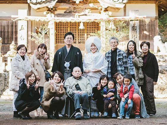 徳島県の新婦さんの地元で和装前撮り 式に来れないおじいちゃんを囲んで 家族も勢ぞろい♪ 和気あいあいと楽しい時間でした^^